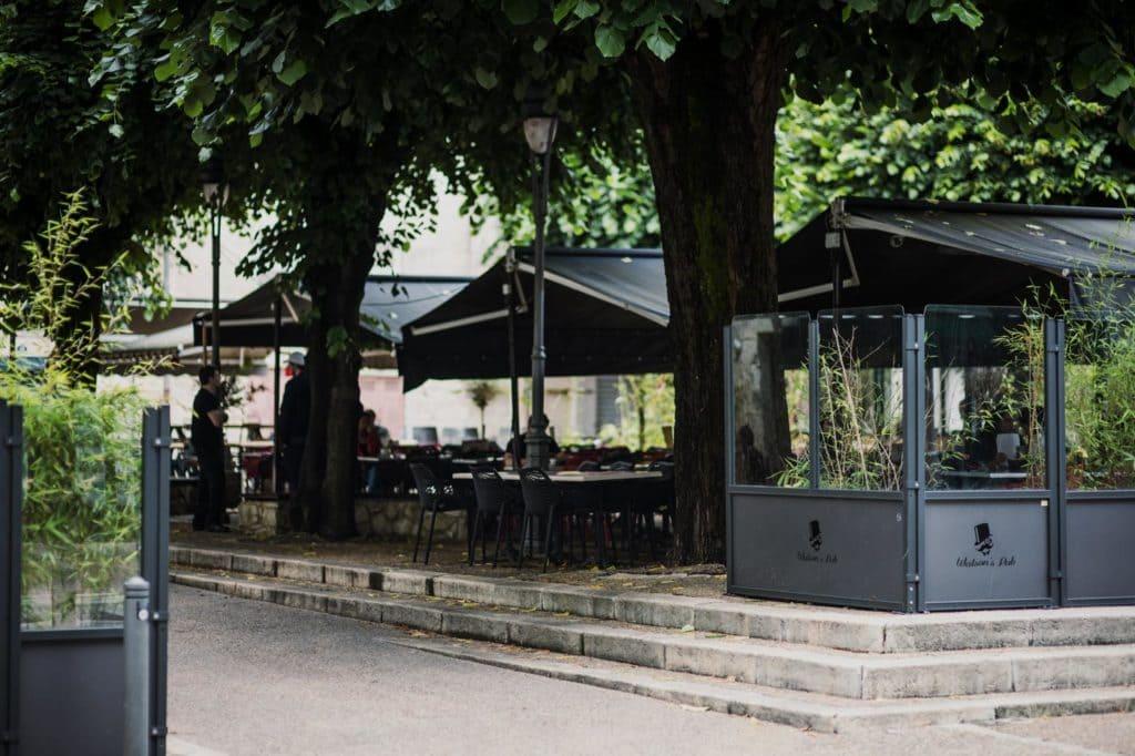 La terrasse ombragée du Watson's Pub